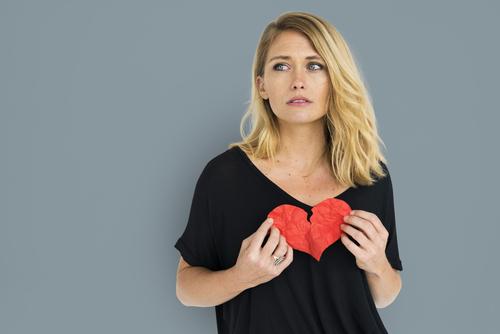 Vrouw heeft een gebroken hart
