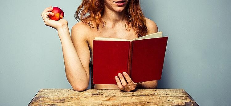 sexy vrouw gaat seksverhalen vertellen