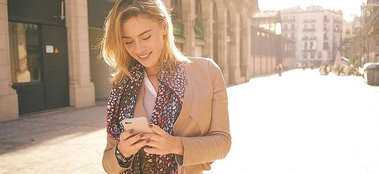 vrouw gaat met telefoon succesvol daten op tinder